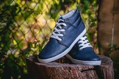 Les chaussures des hommes, espadrilles sur la nature Photographie stock libre de droits