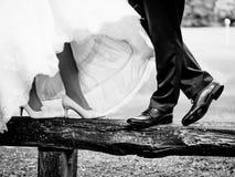 Les chaussures des jeunes mariés image libre de droits