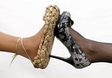 Les chaussures des vieux et neufs femmes Images libres de droits