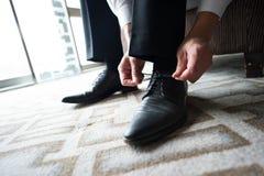 Les chaussures du marié images stock