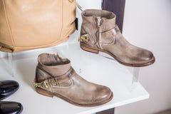 Les chaussures du ressort des femmes sont sur l'étagère Photographie stock libre de droits