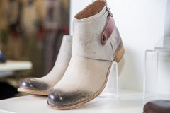 Les chaussures du ressort des femmes sont sur l'étagère Images libres de droits