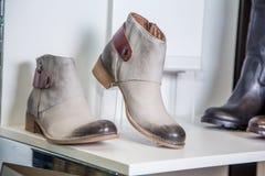 Les chaussures du ressort des femmes sont sur l'étagère Photo stock