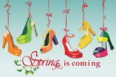 Les chaussures du talon haut des femmes colorées de mode accrochent sur le ri illustration libre de droits