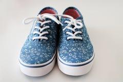 Les chaussures en caoutchouc de la fille Photographie stock