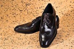 Les chaussures en cuir classiques du ` s d'hommes ont conçu avec un orteil ovale mince Photos stock