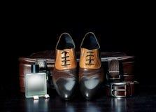 Les chaussures en cuir et la valise des hommes Photo stock