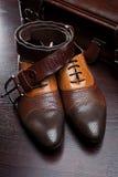Les chaussures en cuir et la valise des hommes Photographie stock