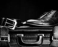 Les chaussures en cuir et une valise d'hommes Image libre de droits