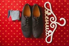 Les chaussures et les chaussettes de mariés image stock