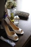 Les chaussures et la jarretière de la mariée élégante Images libres de droits