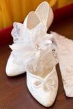 Les chaussures et la jarretière de la mariée Photographie stock libre de droits