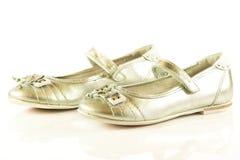 Les chaussures femelles sur l'enfant blanc de fond badine des accessoires de beautifu Photo stock
