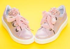 Les chaussures pour des filles ou des femmes décorées de la perle perlent Concept fascinant de chaussures Paires de pâle - espadr Image stock