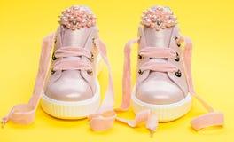 Les chaussures pour des filles ou des femmes décorées de la perle perlent Paires de pâle - espadrilles femelles roses avec des ru Image stock