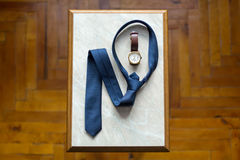 Les chaussures réglées de Butterfly de marié ceinture des accessoires du ` s d'hommes de montres de boutons de manchette Photographie stock