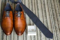 Les chaussures réglées de Butterfly de marié ceinture des accessoires du ` s d'hommes de montres de boutons de manchette Images stock