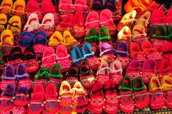 Les chaussures rouges d'enfant handcraft avec la corde colorée image stock