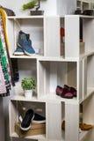 Les chaussures se trouvent sur une étagère dans un magasin de concepteur Photo libre de droits