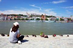 Les chaussures sur la banque de Danube est un mémorial à Budapest, sur la rive est du Danube Image stock