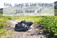 Les chaussures sur le chemin de trekking, première étape le font le plus dur juste photo libre de droits