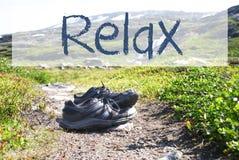 Les chaussures sur le chemin de trekking, texte détendent images stock