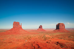Les chefs d'oeuvre majestueux de grès dans la vallée de monument du ` s de nation de Navajo se garent Photo stock