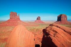 Les chefs d'oeuvre majestueux de grès dans la vallée de monument du ` s de nation de Navajo se garent Photos libres de droits