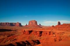 Les chefs d'oeuvre majestueux de grès dans la vallée de monument du ` s de nation de Navajo se garent Photos stock