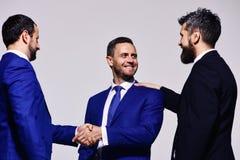 Les chefs ont la réunion d'affaires faisant l'affaire Hommes d'affaires avec les visages heureux photographie stock libre de droits