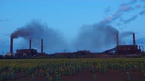Les cheminées d'évacuation des fumées d'usine de Timelapse se soulèvent, fumée épaisse banque de vidéos