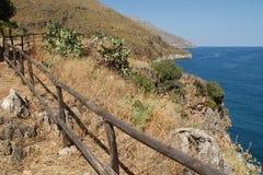 Les chemins de bord de la mer dans le Zingaro se garent, la Sicile, Italie Images libres de droits