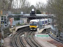 Les chemins de fer de Chiltern s'exercent à la plate-forme de station de Rickmansworth images libres de droits