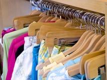 Les chemises colorées des femmes Photographie stock libre de droits