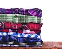 Les chemises empilent sur le fond en bois Images libres de droits