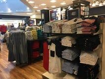 Les chemises et les jeans sont en vente images libres de droits