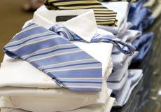 Les chemises et les relations étroites des hommes images stock