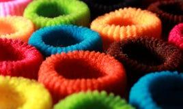 Les cheveux élastiques colorés se réunissent avec le cadre latéral de verticale d'éclairage Image libre de droits