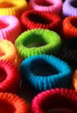 Les cheveux élastiques colorés se réunissent avec le cadre latéral de verticale d'éclairage Photo libre de droits