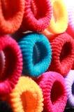Les cheveux élastiques colorés se réunissent avec le cadre latéral de verticale d'éclairage Images stock