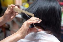 Les cheveux de Cutting Client de coiffeur Photos stock
