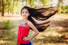 Les cheveux des cheveux de fille soufflent dans le vent Photographie stock