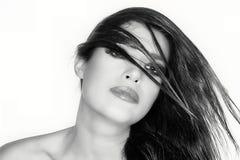 Les cheveux ont défilé Portrait de mode de beauté coiffure Por monochrome Image libre de droits