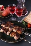 Les chiches-kebabs grillés tout entier sains de porc cubés par maigre ont servi avec la tomate, le pain pita, les verts, le grena Photographie stock libre de droits