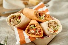 Les chiches-kebabs ou les enveloppes savoureux de doner à un été pique-niquent photographie stock libre de droits