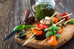 Les chiches-kebabs végétaux d'été frais avec le pesto de basilic sauce images stock