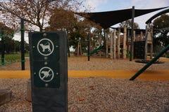 Les chiens doivent être sur la laisse et aucun signe pooping de chien photographie stock libre de droits