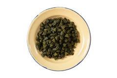 Les chiens ou les chats sèchent la nourriture dans une cuvette en métal d'isolement sur le fond blanc, vue supérieure Photo stock