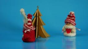 Les chiffres animés dans des vêtements d'hiver dansent autour de l'arbre banque de vidéos