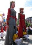 Les chiffres colorés de Papier-mâché de géants marchent pendant le festival de Giants image stock